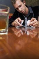 uomo mescolando le carte nel bar