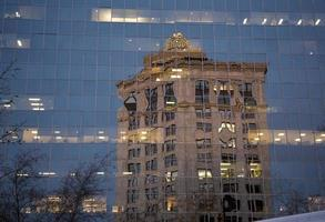 casa, reflejo en la ventana de cristal foto