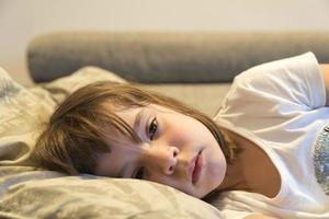 niña viendo tv