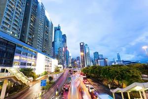 tráfico en la ciudad moderna de noche foto
