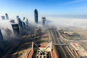 la niebla de la madrugada cubre el área de la bahía comercial de dubai foto