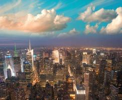 Manhattan, New York. coucher de soleil spectaculaire sur le parc de bryant et midto