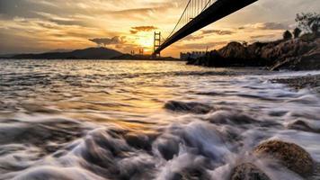espectacular puesta de sol en el puente tsing ma foto