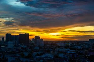 puesta de sol cielo crepúsculo ver bangkok ciudad. foto