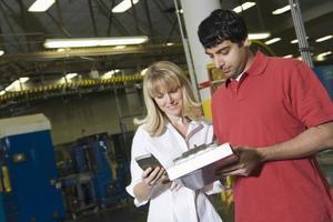 trabajadores que trabajan en la fábrica de periódicos foto