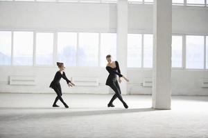 niña aprendiendo ballet de su instructor foto