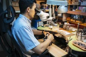 travail de précision réalisé par un bijoutier