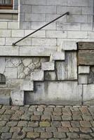 escalera sucia en un sitio industrial del siglo XIX foto