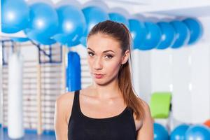 Hermosa mujer joven en el gimnasio. tiro de gimnasio sala de gimnasio foto