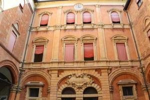 en el patio del palazzo comunale en bolonia. Italia
