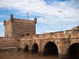 torre de la fortaleza con un puente foto