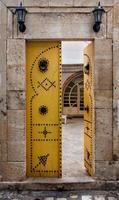 cancello aperto giallo in Tunisia