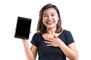 jonge Aziatische vrouw die de lege het schermtablet, met vreugde en vrolijke emotie voorstellen, voor mobiele of tablettoepassingsreclame, geïsoleerde, witte achtergrond