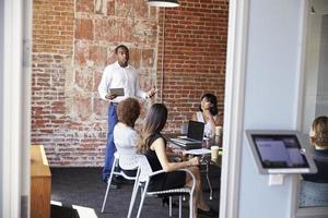 empresário de pé para abordar a reunião de diretoria