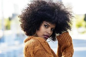 Retrato de mujer afro atractiva en la calle