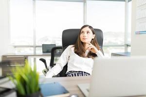gerente femenina pensando en proyecto soñado foto