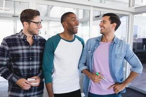 alegres colegas masculinos de negocios de pie juntos