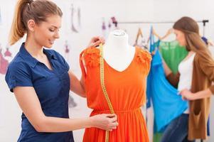 designer de vestido de medição.