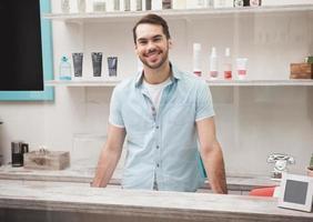 feliz peluquero en la recepción del trabajo foto