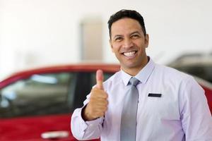 vendedor de autos pulgar arriba foto