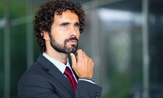 gerente masculino pensativo confiante