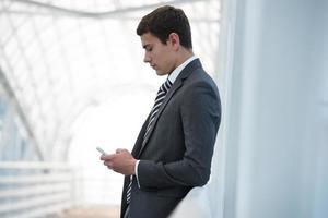 empresário usando smartphone