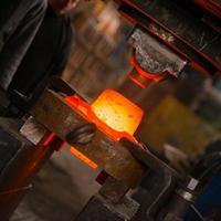 ferro caldo in fonderia