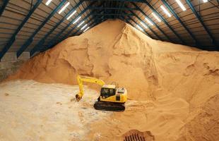 excavadora en un almacén de azúcar en bruto foto