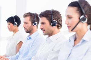 groep van zakelijke collega's met headsets op een rij