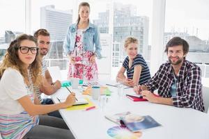 casual zakenmensen rond vergadertafel in kantoor
