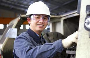 hombre trabajando en fábrica foto