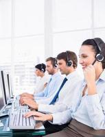 collègues de travail avec des casques d'écoute à l'aide d'ordinateurs