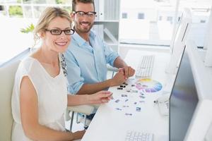 Retrato de editores de fotos trabajando en computadoras
