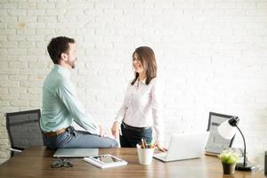 mujer coqueteando con su compañero de trabajo
