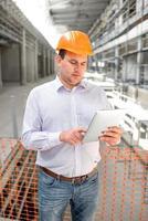 capataz supervisando proyecto en la construcción. foto