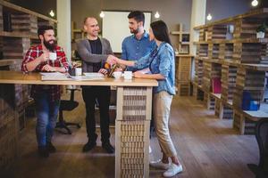 empresarios creativos dándose la mano