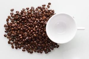taza de café con leche y granos de café.