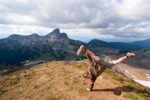 break dance en la cima de la montaña