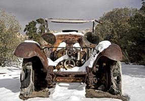 coche abandonado en la nieve del desierto