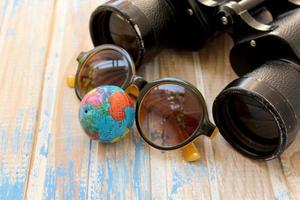 binoculares, gafas de sol y globo