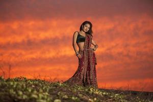 mujer en rojo brillante lehenga choli foto