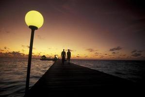 puesta de sol del océano índico maldivas