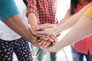 Cerca de colegas de negocios apilando las manos