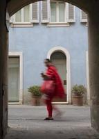 mujer vestida de rojo foto