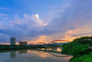 puente de arco sobre el río foto