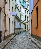 Calle estrecha en la antigua Riga, Letonia foto