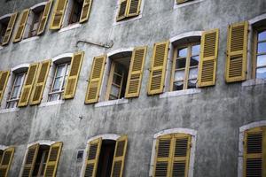 ventanas amarillas y persianas de madera