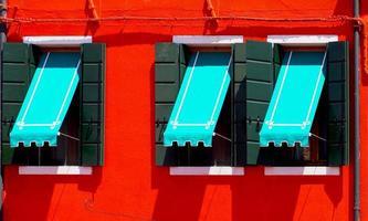 tres ventanas con dosel azul foto