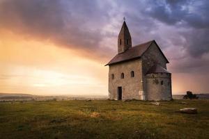 oude Romaanse kerk bij zonsondergang in Drazovce, Slowakije
