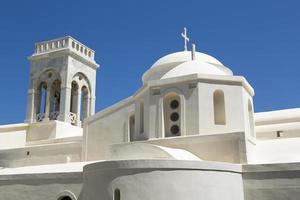 witte Griekse kapel, geïsoleerd op blauwe hemel